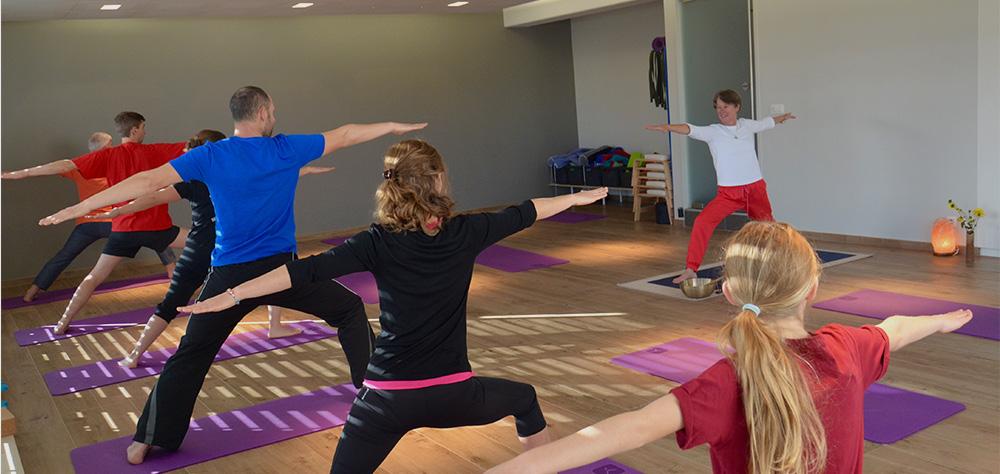 adultes participant à un cours de yoga