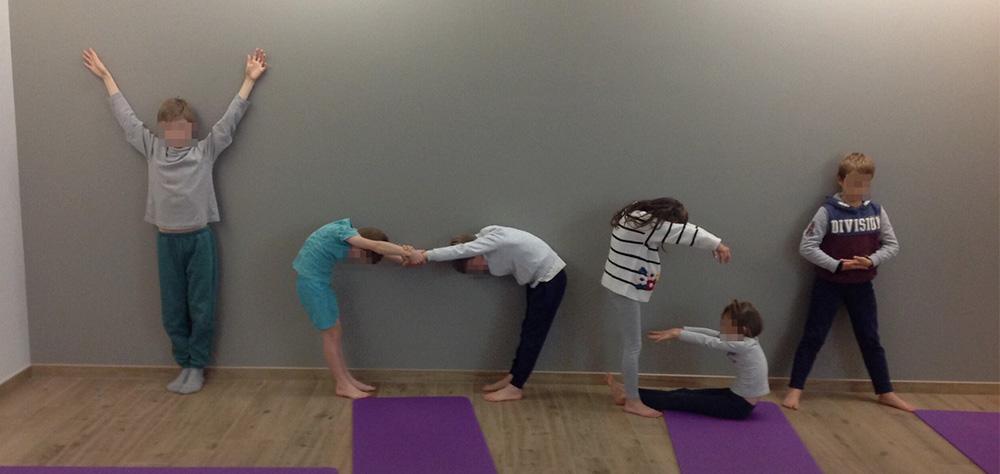 enfants participant à un cours de yoga