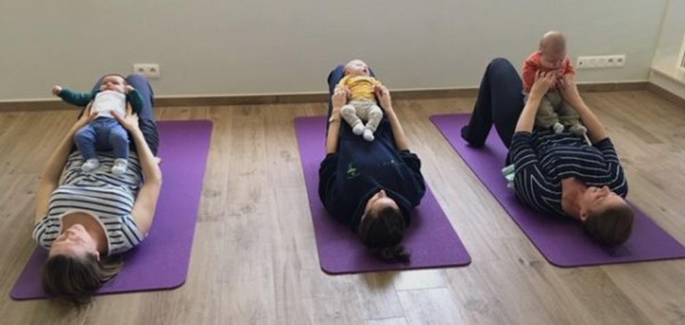 maman pratiquant le yoga avec son bébé